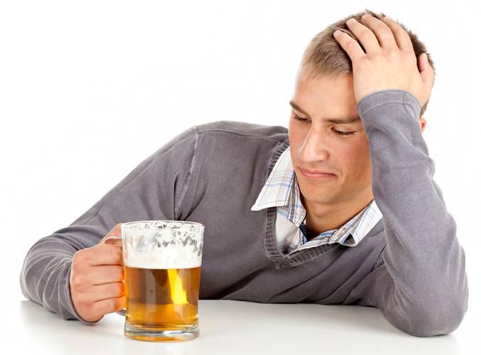 Парень употребляет пиво