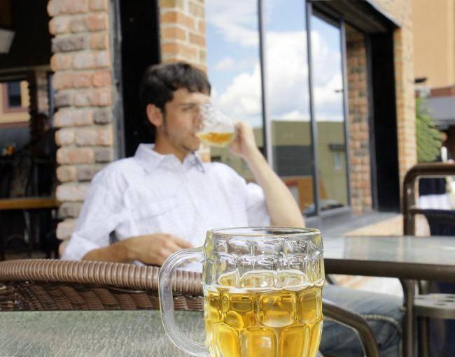 Парень часто пьет пиво по праздникам