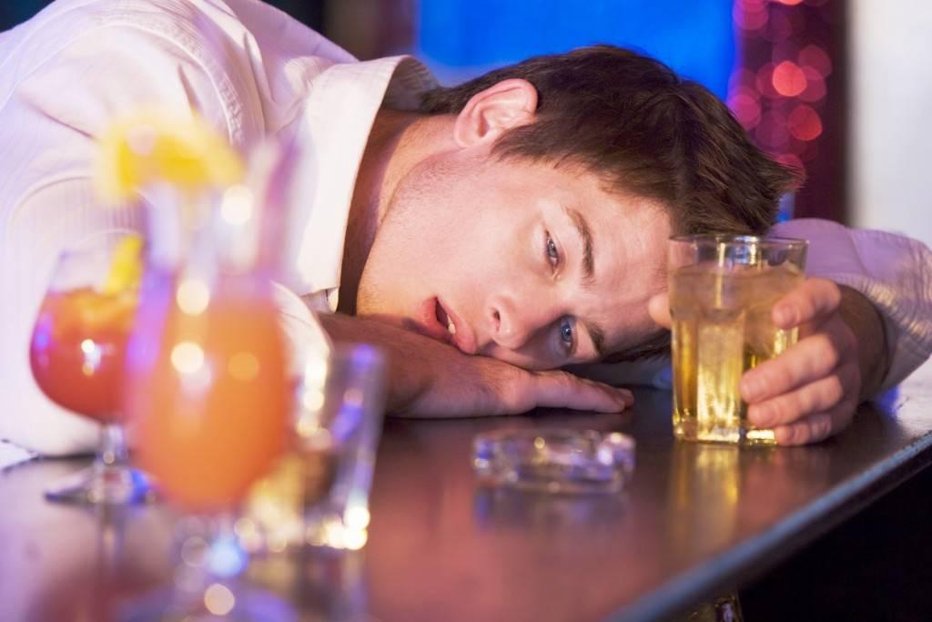 Парень много выпил