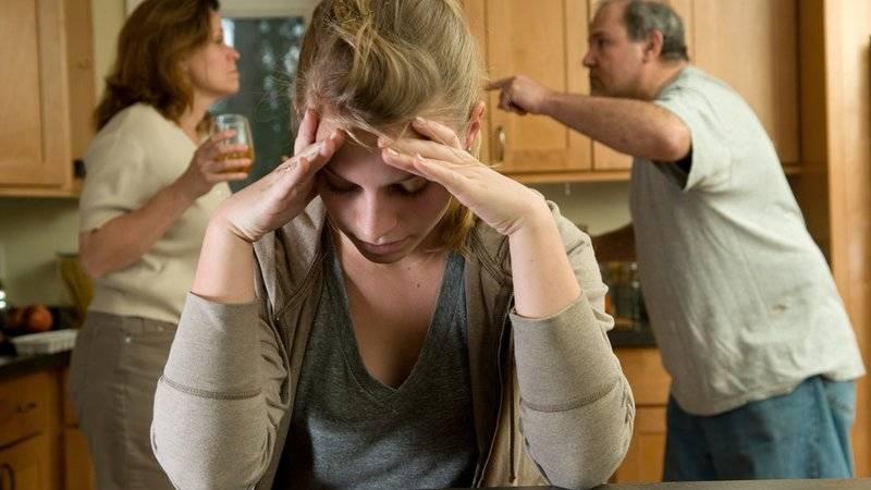 Семья может решить изолировать алкоголика от общества