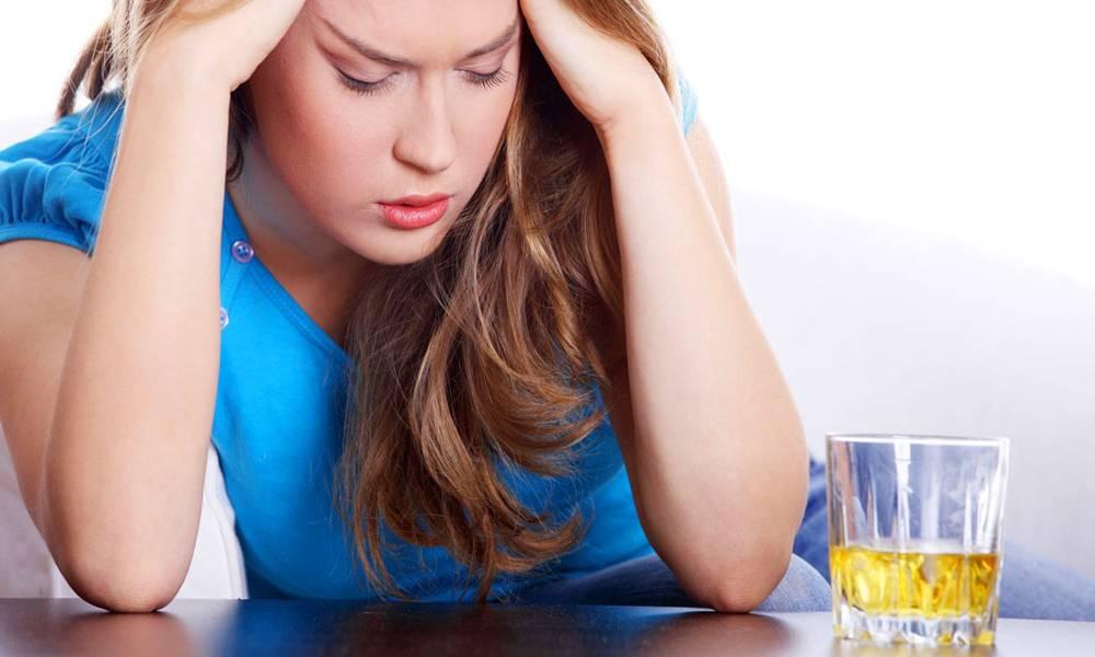 Женщина регулярно пьет