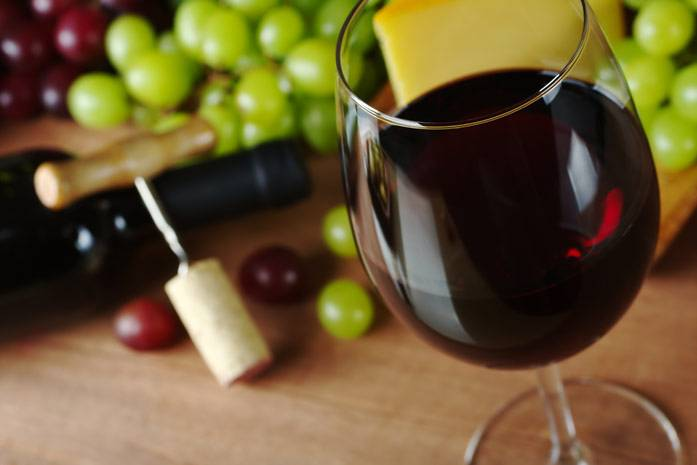 Вино красное в бокале
