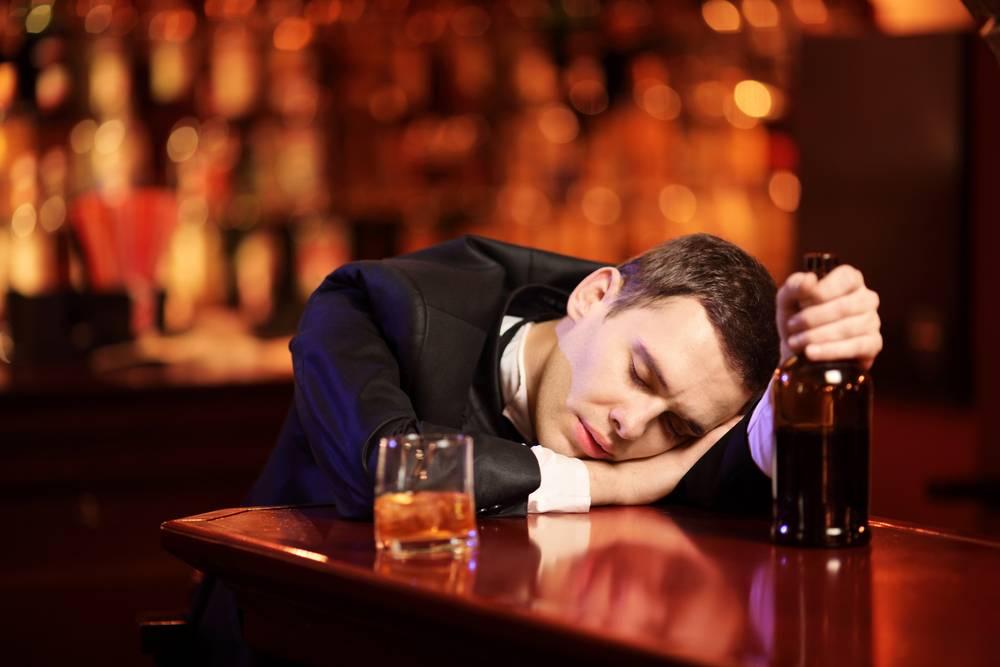 Пьет крепкие напитки