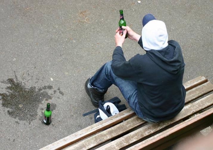 Парень распивает спиртные напитки